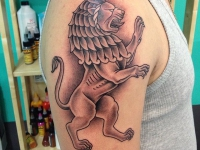 Татуировка лев на плече
