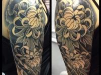 Тату необычные цветы на плече и руке
