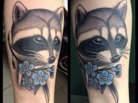 Татуировка енот с цветочками на руке