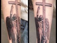 Тату ангел с большим крестом на руке