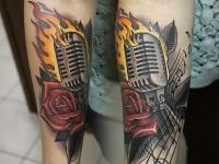 Тату горящий микрофон с нотами и розой