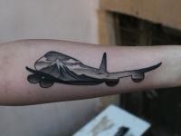 Татуировка самолета на предплечье