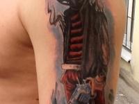 Татуировка киллер с пистолетом на плече