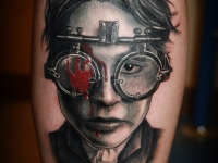 Татуировка портрет в очках на локте