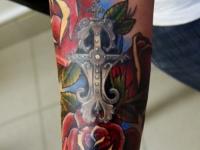 Татуировка крест с розами на предплечье