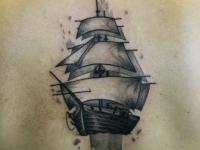 Татуировка корабль на спине