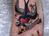 Татуировка ласточка на ступне