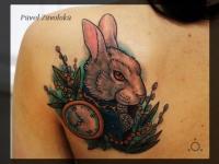 Татуировка кролик с часами на лопатке