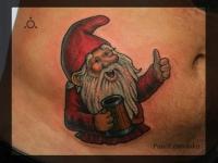 Татуировка гном с кружкой на животе