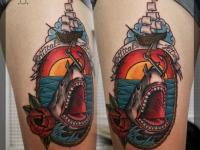 Татуировка пасть акулы на бедре