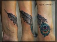 Татуировка перо павлина на предплечье