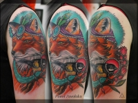 Татуировка лис и синица на плече