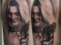 Татуировка девушка с пистолетом на плече
