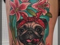 Татуировка голова собаки с цветами на бедре