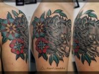 Татуировка голова волка на плече