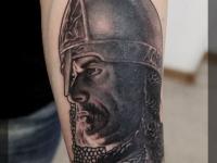 Татуировка голова витязя на предплечье