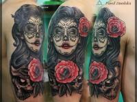 Татуировка девушка с цветами на плече