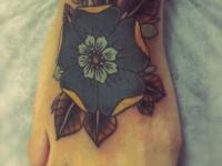 Татуировка красивый цветок на стопе