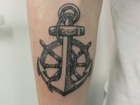 Татуировка штурвал и якорь на руке
