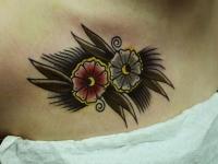 Татуировка цветок на груди