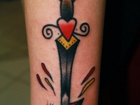Татуировка клинок на предплечье