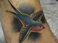 Татуировка птица на стопе