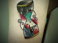 Татуировка песочные часы на стопе