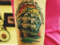 Татуировка корабль на плече