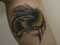 Татуировка пчела на икре
