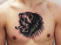 Тату раскрытой пасти волка с горящими глазами на груди