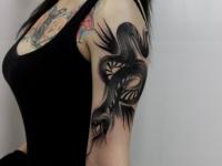 Татуировка жалящей змеи на плече