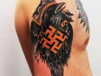 На плече орел с нацистским крестом на груди