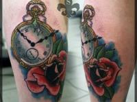 Татуировка часы на икре