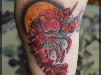 Татуировка креветка на боку