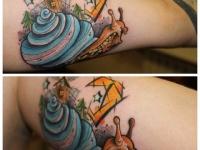 Татуировка улитка на плече