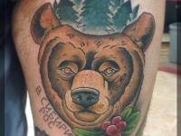 Татуировка медведь на бедре