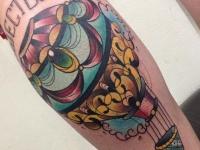 Татуировка воздушный шар на икре