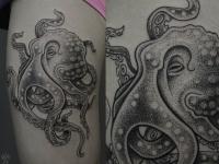 Татуировка осьминог на бедре девушки