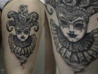 Татуировка джокер на бедре