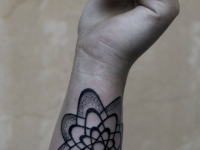 Татушка цветочек из овалов на руке