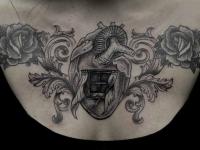 Татуировка сердца в виде дома с окошком на груди
