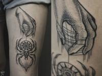 Татуировка на плече руки и паука на шаре