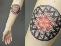 Татуировка на руке цветок жизни