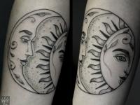 Татуировка солнца и месяца на руке