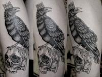 Татуировка птица на черепе