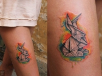 Татуировка оригами на бедре