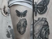 Татуировка сердце и бабочка на бдере