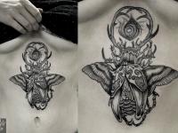 Тату жук с крыльями и глаз-цветок