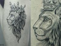 Тату голова льва с короной на бедре