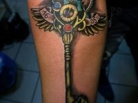 Татуировка часы и ключ